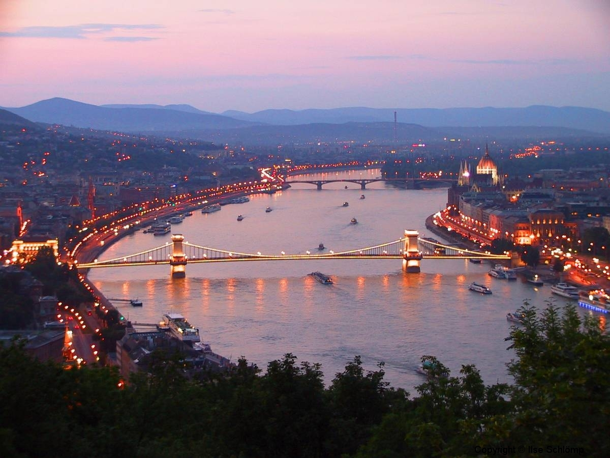Ungarn, Budapest, Blick auf die Kettenbrücke und das Parlamentsgebäude bei Nacht