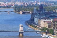 Ungarn, Budapest, Blick auf die Kettenbrücke und das Parlamentsgebäude
