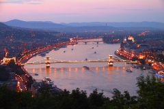 Budapest, Blick auf die Kettenbrücke und das Parlamentsgebäude bei Nacht