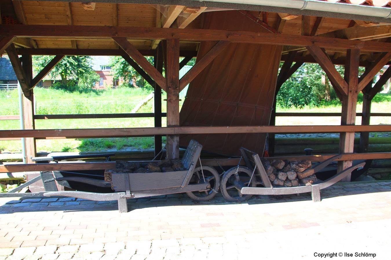 Cuxland, Beverstedt-Hollen-Heise 2013, Torfschiff mit Schiebkarren