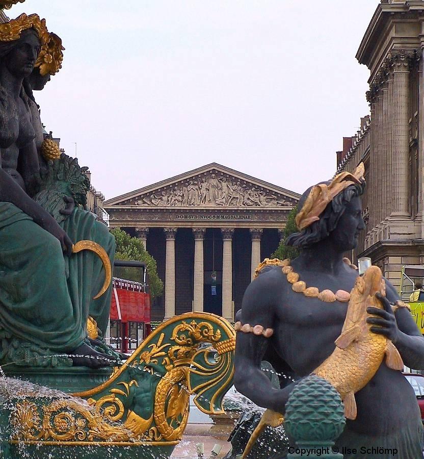 Frankreich, Paris, Brunnen der Meere am Platz de la Concorde, im Hintergrund die Pfarrkirche La Madelaine
