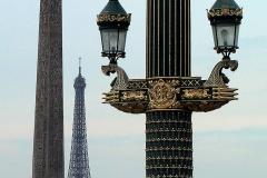 Paris, alte Straßenlaterne, Obelisk und Eiffelturm
