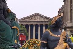 Paris, Brunnen der Meere am Platz de la Concorde, im Hintergrund die Pfarrkirche La Madelaine