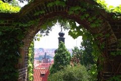 Prag, Blick durch einen Torbogen vom Hradschin
