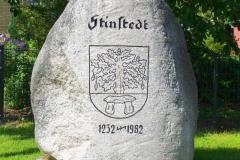 Cuxland, Stinstedt, Gedenkstein zur 750-Jahr-Feier, Wappenbegründung: Das Hünengrab weist auf die Deutung des Ortsnamens als Steinstätte hin. Die Eiche ist ein Sinnbild des Bauerntums, und die sieben Eicheln erinnern daran, dass im Jahre 1951, als das Wappen angenommen wurde, der Gemeinderat aus sieben Personen bestand