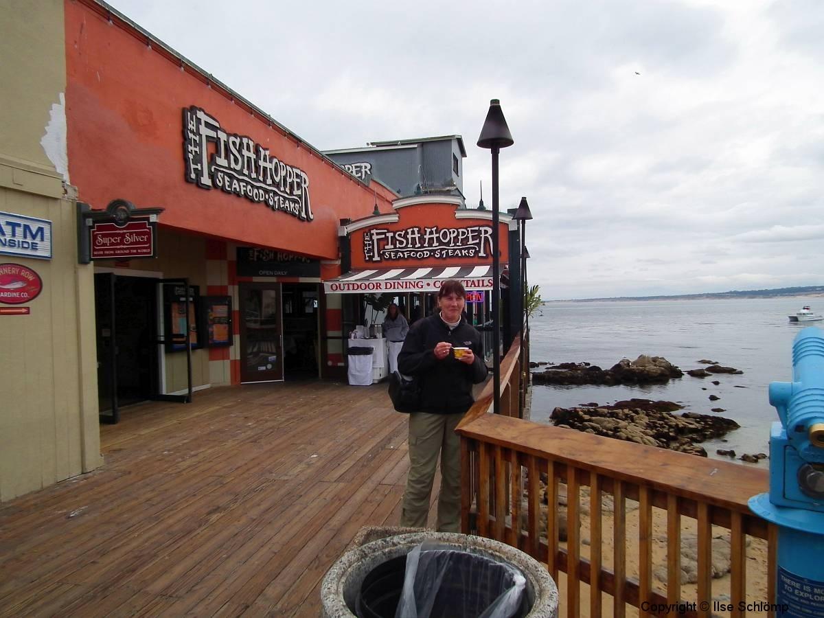 USA, Kalifornien, Monterey, Wir genießen einen Becher Muschelsuppe