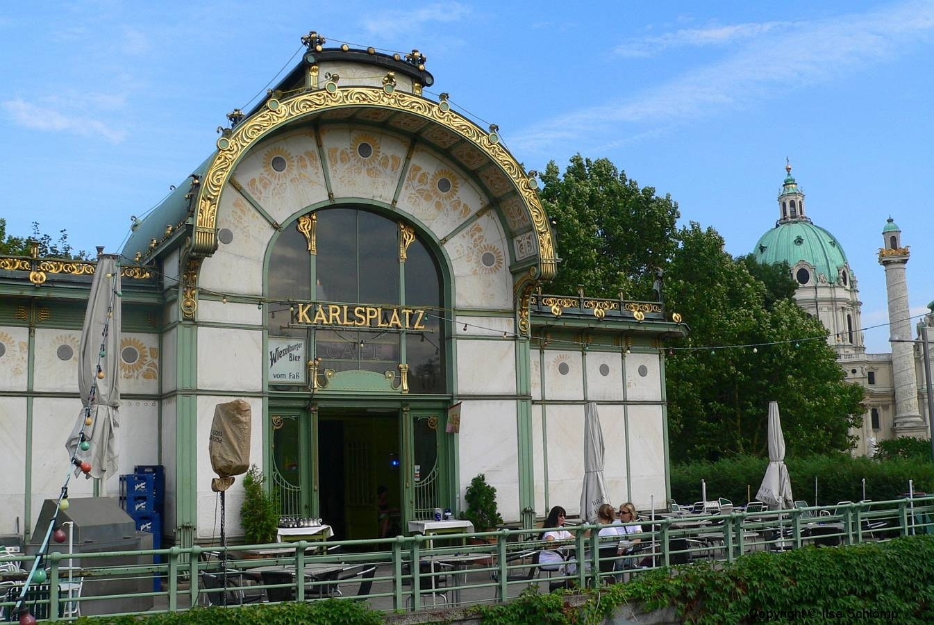 Wien, Karlsplatz, Jugendstil Stadtbahnstation, im Hintergrund die Karlskirche