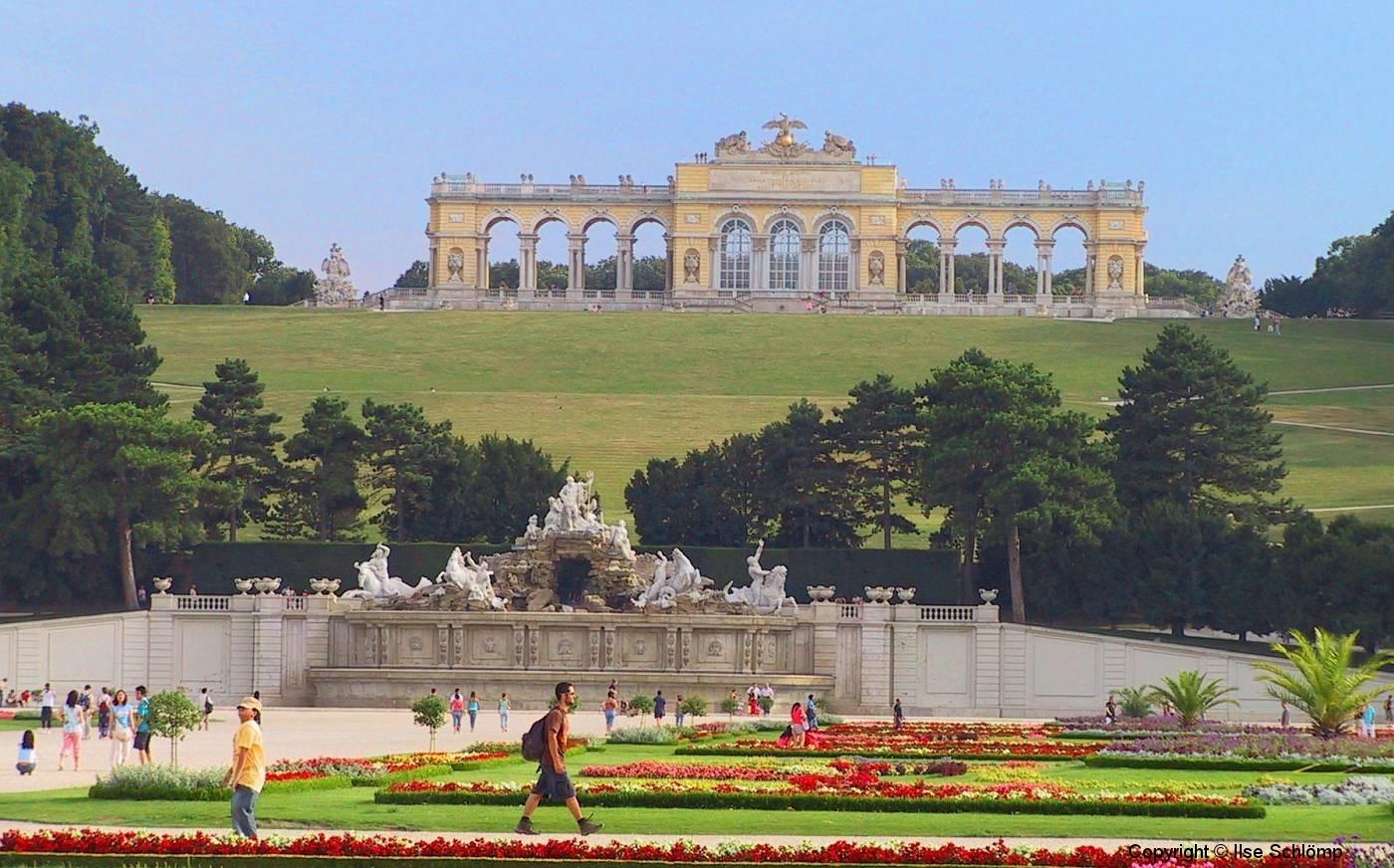 Wien, Schlosspark Schönbrunn, Blick auf den Neptunbrunnen und dahinter die Gloriette