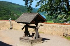 Burg Prunn, Altmühltal, Bayern, Innenhof mit Ziehbrunnen