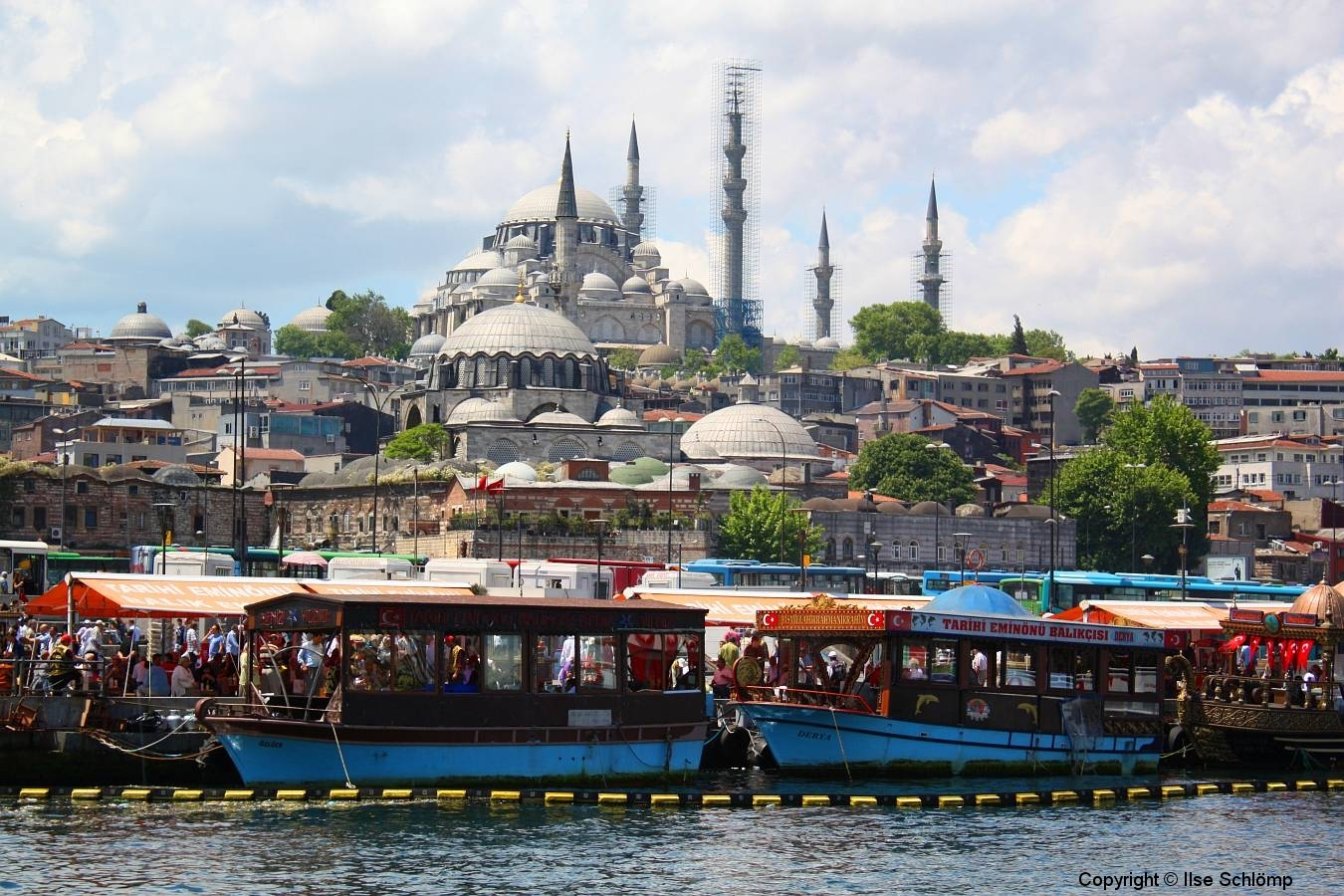 Istanbul, Imbiss-Fischerboote, hinten die Süleymaniye-Moschee