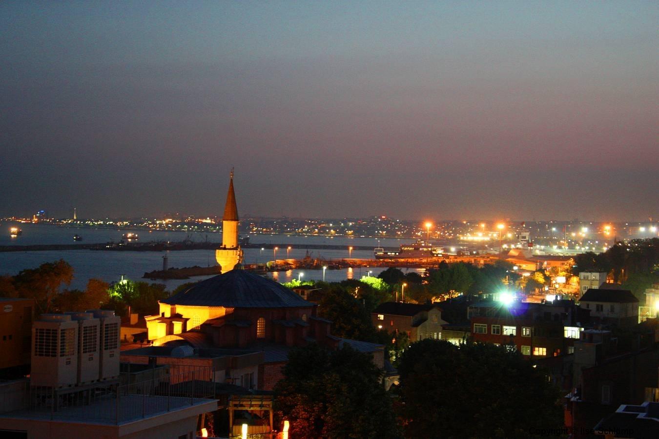 Istanbul, Blick von der Hoteldachterrasse bei Nacht auf den Bosporus