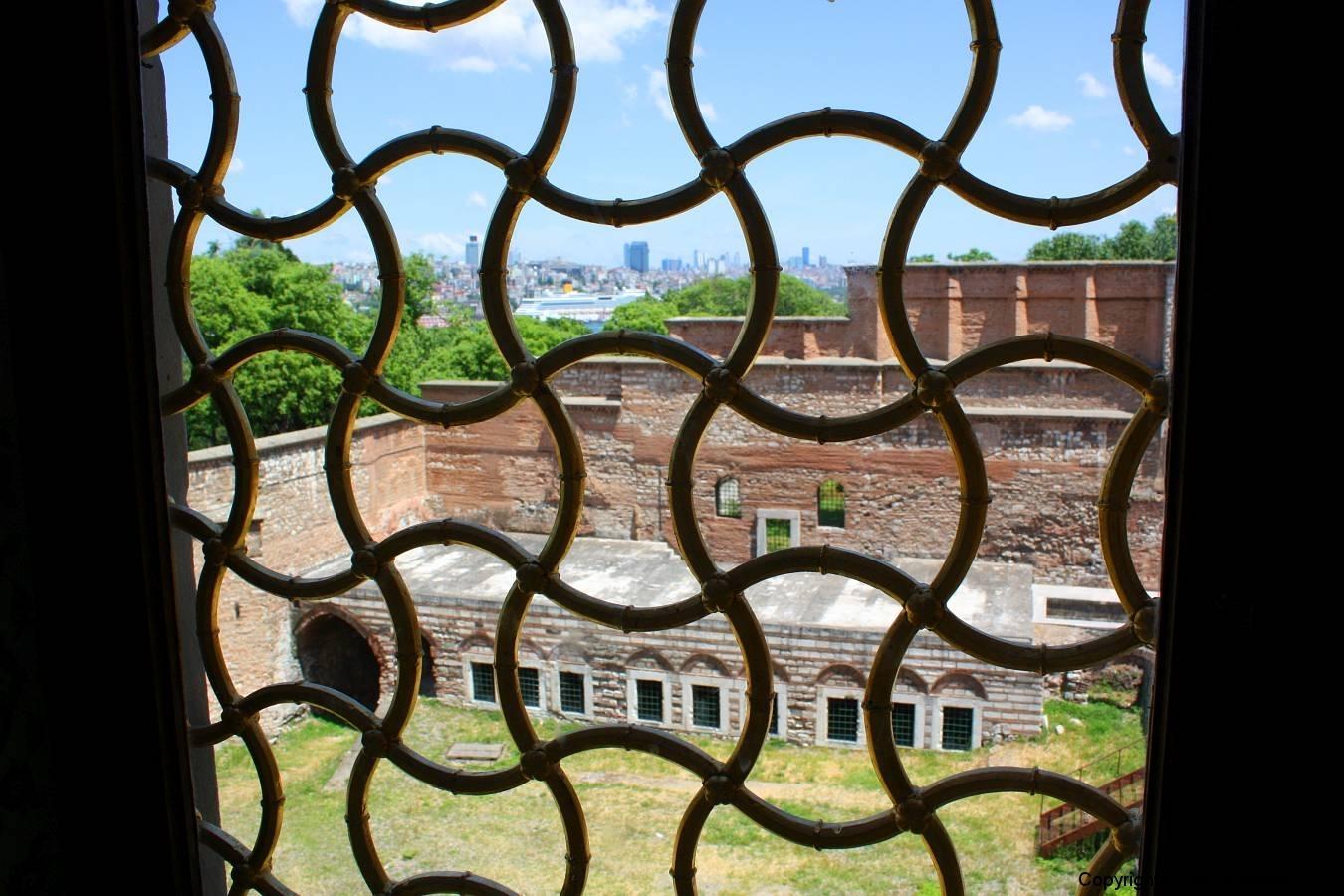 Istanbul, Topkapi-Palast, im Harem, Blick durch ein vergittertes Fenster