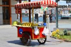 Istanbul, Verkaufswagen mit gelben Maiskolben am Fähranleger