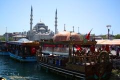 Istanbul, Blick von den Imbiss-Fischerbooten auf die Rüstem-Pascha-Moschee