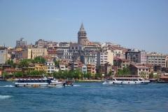 Istanbul, Mit der Fähre über den Bosporus, Blick auf den Galataturm