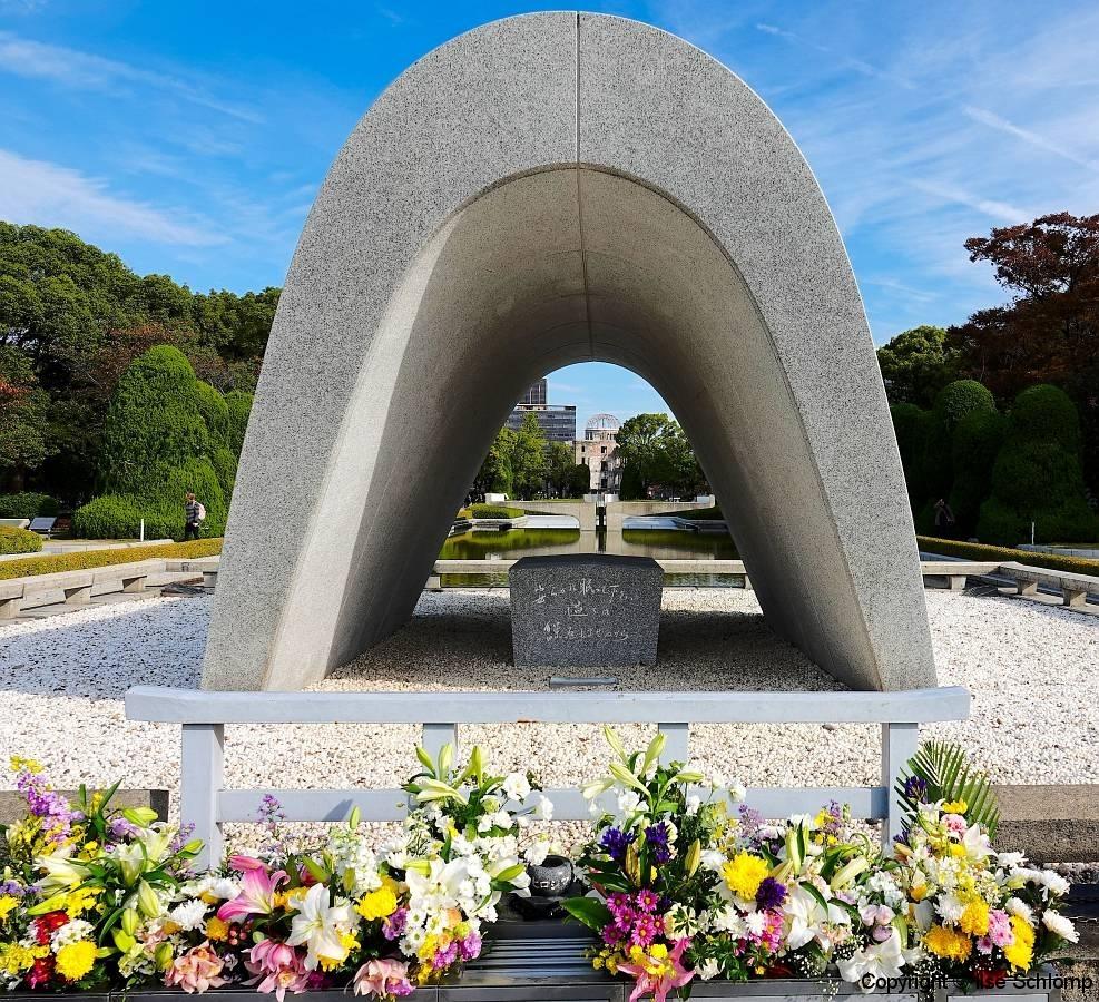 Japan, Hiroshima, Friedenspark, Kenotaph mit Blick auf den Friedensteich mit Friedensfeuer und dahinter das Friedensdenkmal