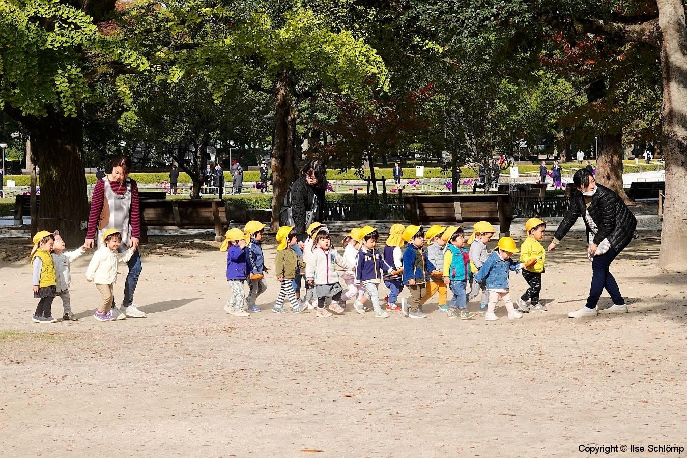Japan, Hiroshima, Eine Kindergartengruppe im Friedenspark