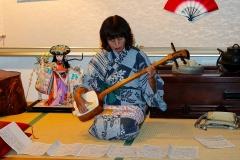 Japan, Kawaguchiko, Musikvorführung unserer Reiseleiterin im Ryokan
