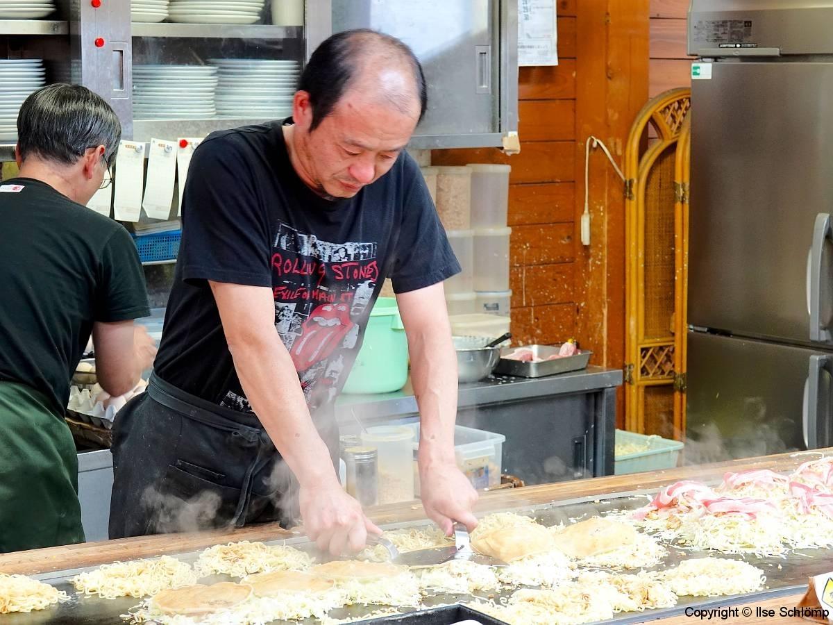 Japan, Miyajima, Hier werden Okonomyaki zubereitet
