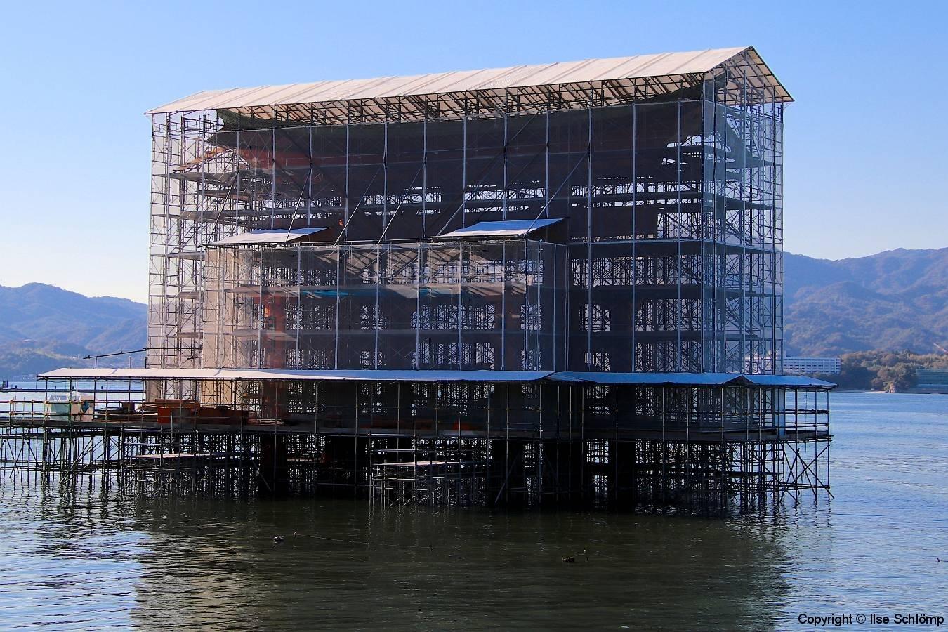 Japan, Miyajima, Itsukushima Schrein, Das Schwimmende Tor wird restauriert