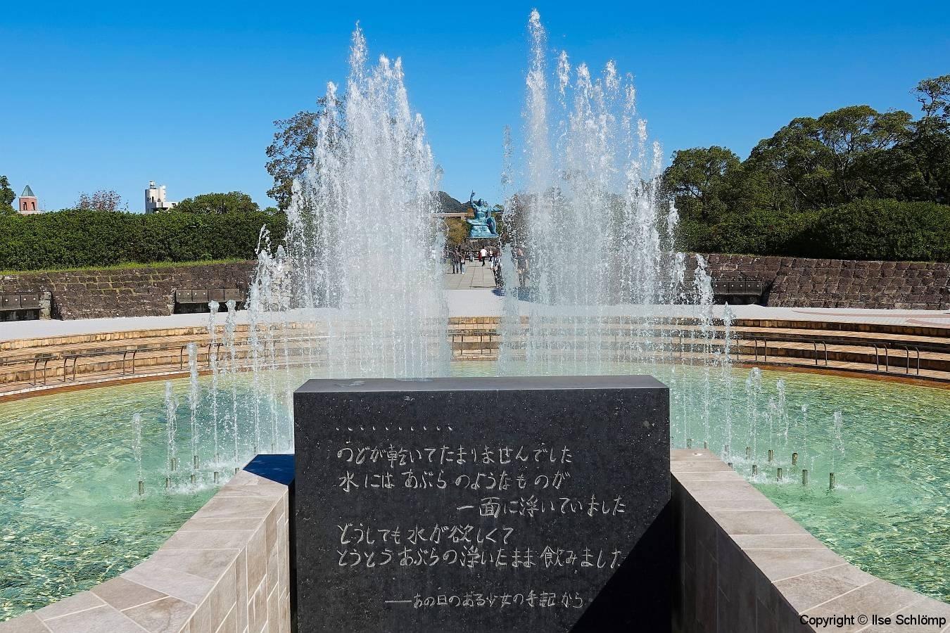 Japan, Nagasaki, Friedenspark, Fontäne des Friedens mit Blick auf die Friedensstatue
