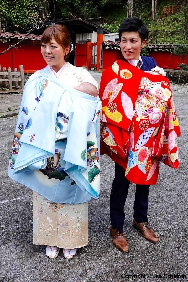 Japan, Nikko, Erster Besuch der neugeborenen Zwillinge im Shinto-Schrein im traditionellen Kimono