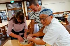 Japan, Nordalpen, Wir bereiten Soba-Nudeln (Buchweizennudeln)