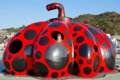 Japan, Kunstinsel Naoshima,  Roter Kürbis