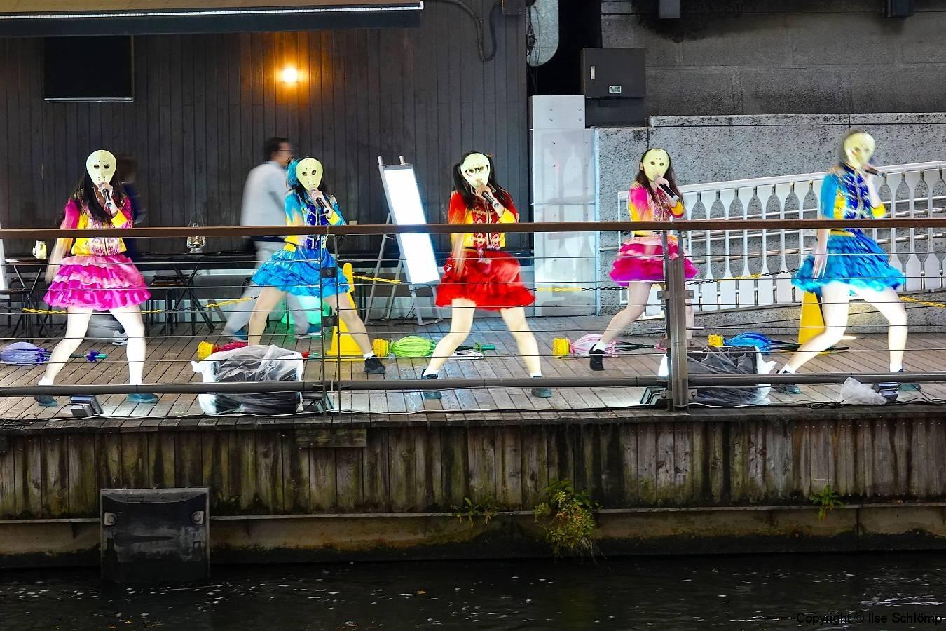 Japan, Osaka, Dotonbori, Gesangsgruppe am Kanal