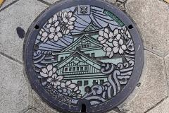 Japan, Osaka, Kanaldeckel mit der Burg Osaka