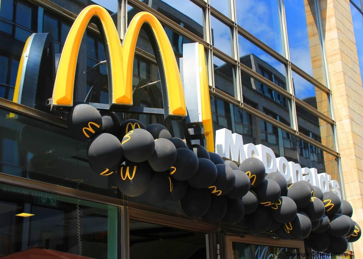 Leipzig, Wave-Gotik-Treffen 2015, Auch McDonald's trägt schwarz