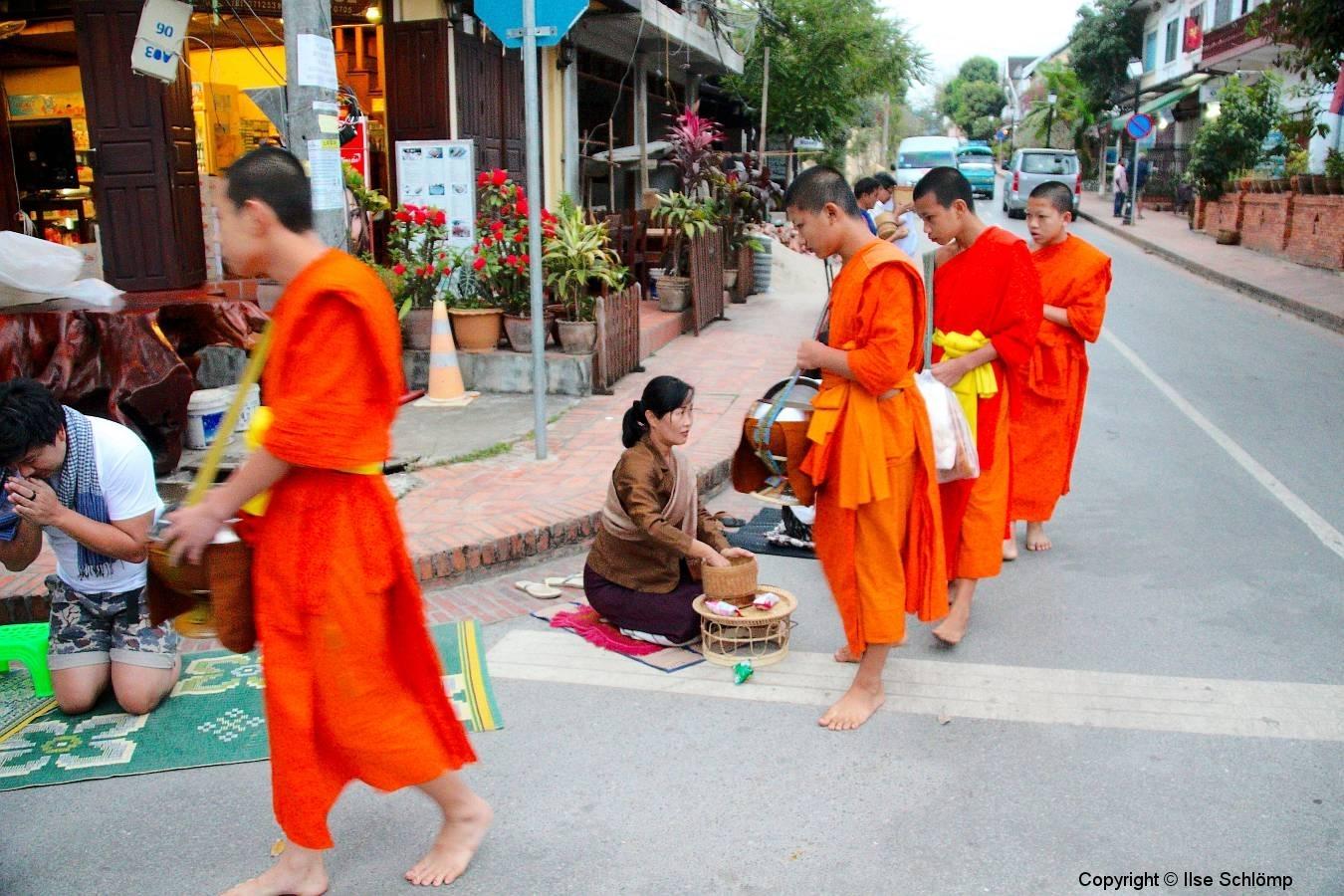 Laos, Luang Prabang, Morgendlicher Almosengang