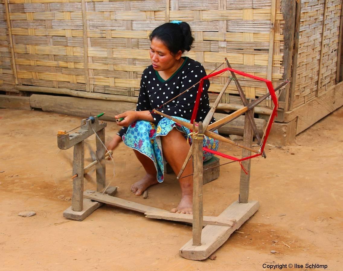 Laos, Am Nam Ou Fluss, Volksgruppe Phou Tai, Seidenschalherstellung