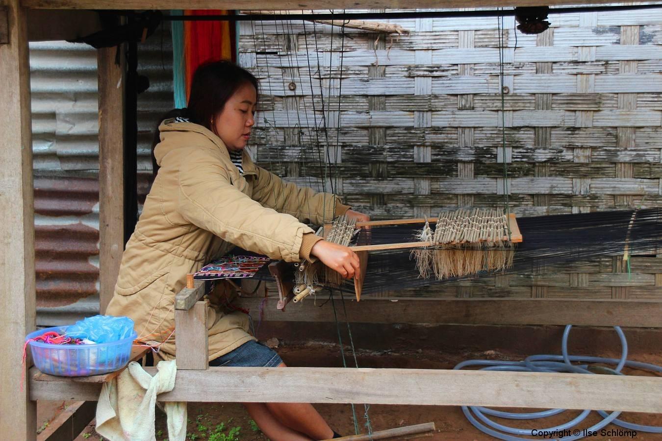 Laos, Muang Ngoi Neua, Am Webstuhl