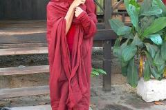 Myanmar, Amarapura, Maha Gandayon Kloster, Anlegen eines Gewandes