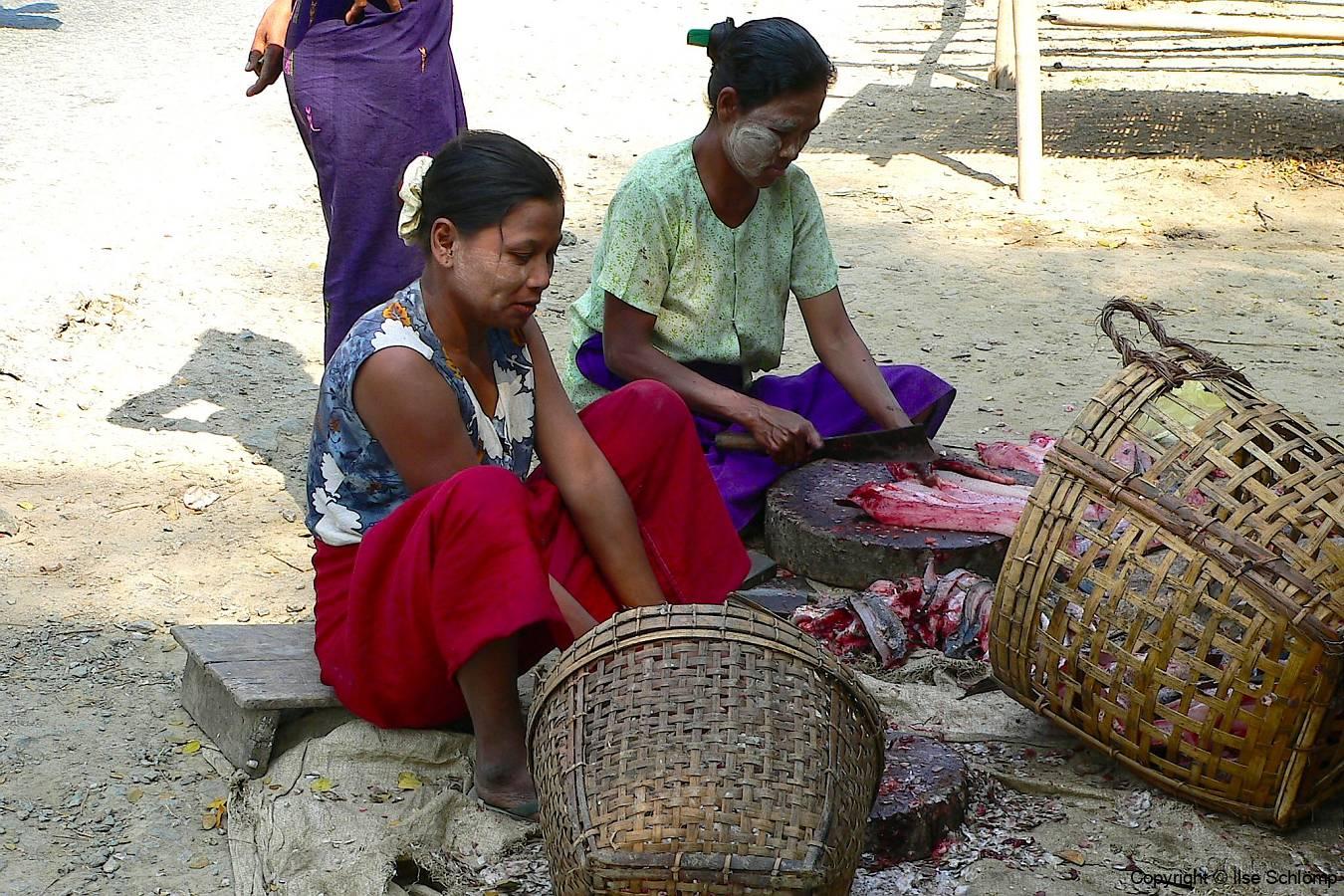 Myanmar, Unterwegs auf dem Weg nach Bago, Zubereitung von Trockenfisch