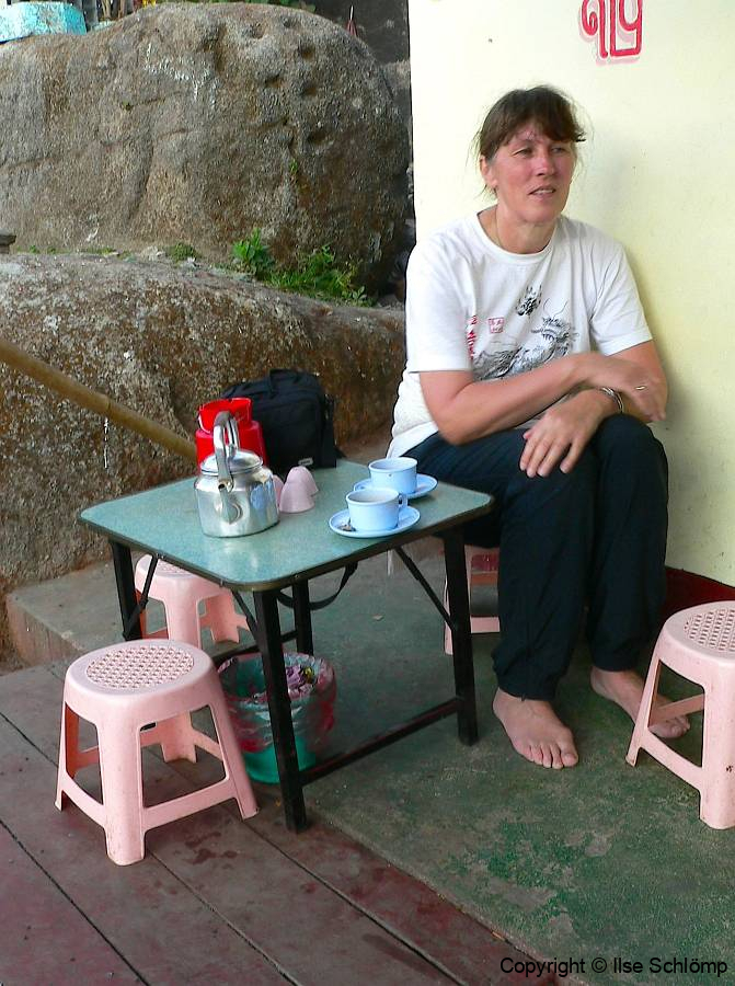 Myanmar, Golden Rock, Nach der anstrengenden Besteigung genießen wir einen Buttertee