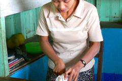 Myanmar, Unterwegs auf dem Weg nach Bago, Pomelo werden für uns aufgeschnitten
