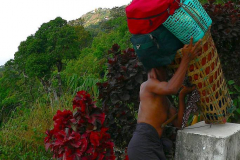 Myanmar, Lastenträger tragen das Gepäck der Besucher zum Golden Rock