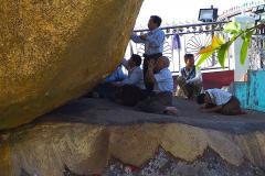 Myanmar, Pilger kleben Blattgold an den Golden Rock