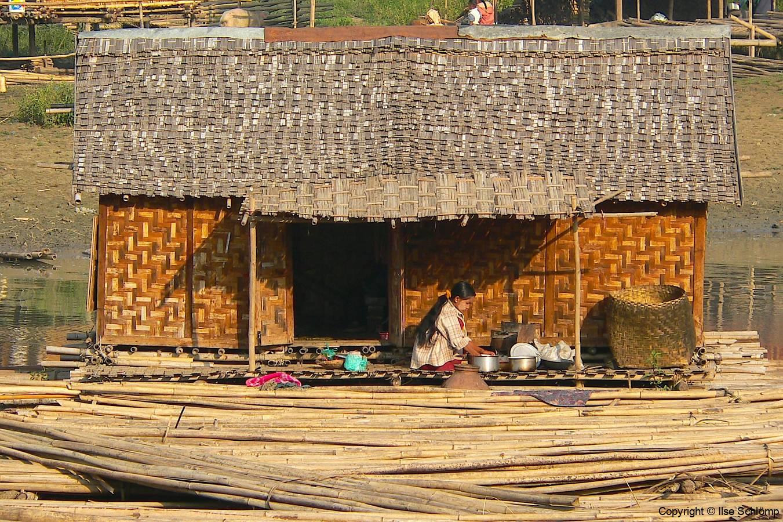 Myanmar, Mingun, Bambusflößer am Irrawaddy