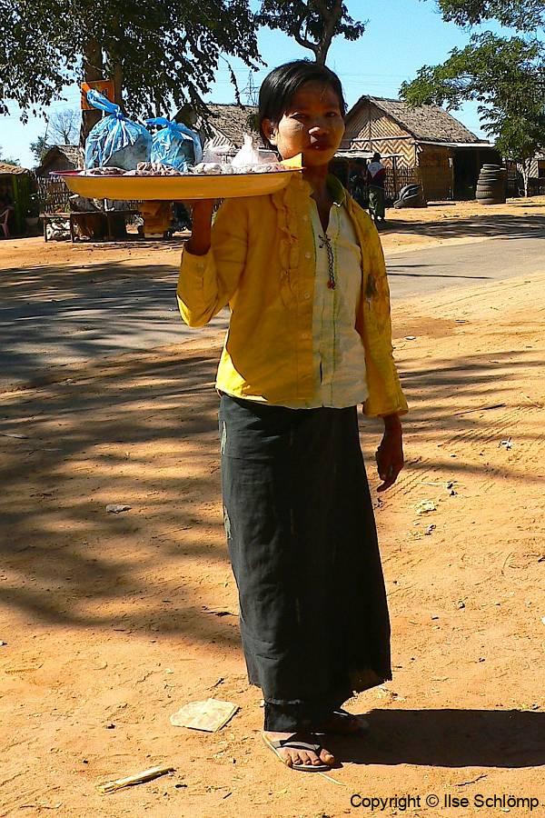 Myanmar, Während unser Bus betankt wird, werden uns Kleinigkeiten zum Verkauf angeboten