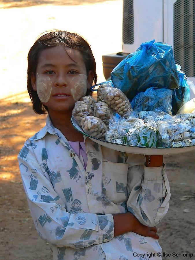 Myanmar, Während unser Bus betankt wird, werden uns Kleinigkeiten zum Verkauf angeboten, wie Erdnüsse und Wachteleier