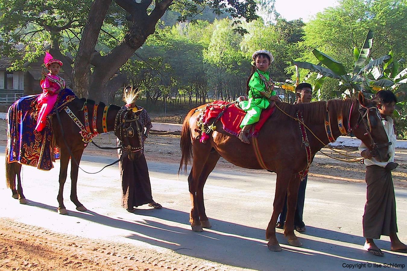 Myanmar, Begegnungen unterwegs auf unserer Fahrt zum Mount Popa, Shin Pyu Prozession, Der erste Gang ins Kloster