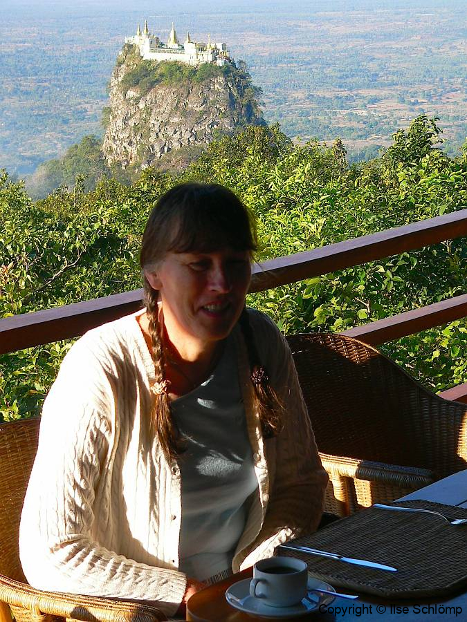 Myanmar, Popa Mountain Resort, Frühstück mit Ausblick auf den Popa Taung Kalat