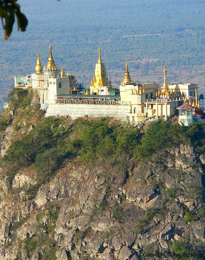 Myanmar, Blick vom Popa Mountain Resort auf die Tuyin Taung Pagode