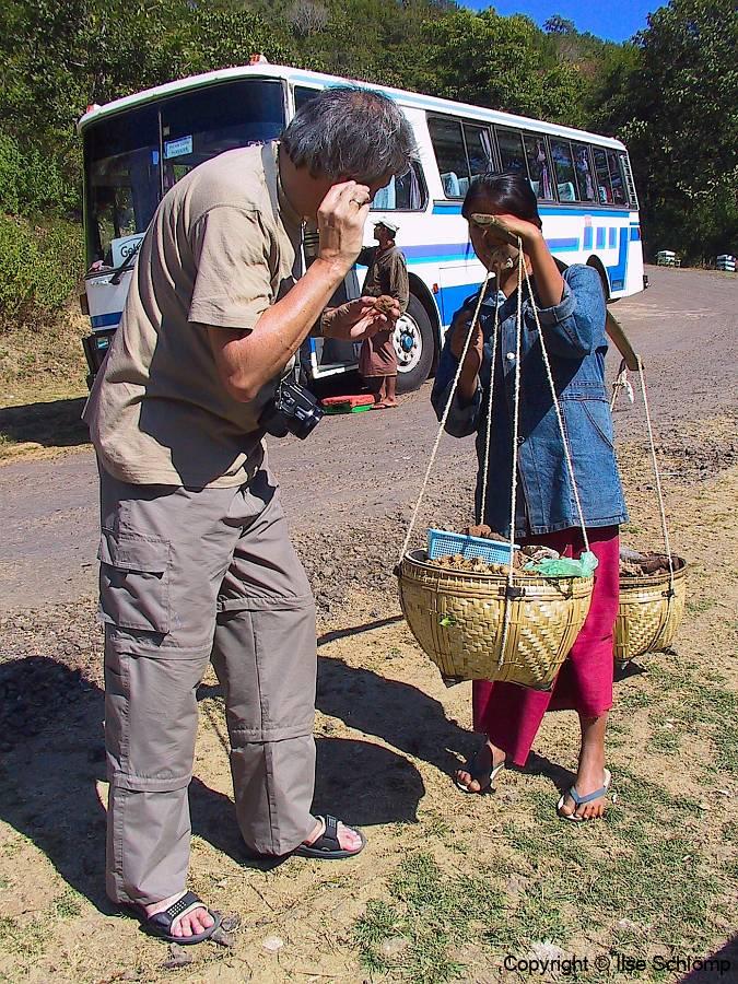 Myanmar, Mount Popa, Wir kaufen eingeschlossene Popa-Steine