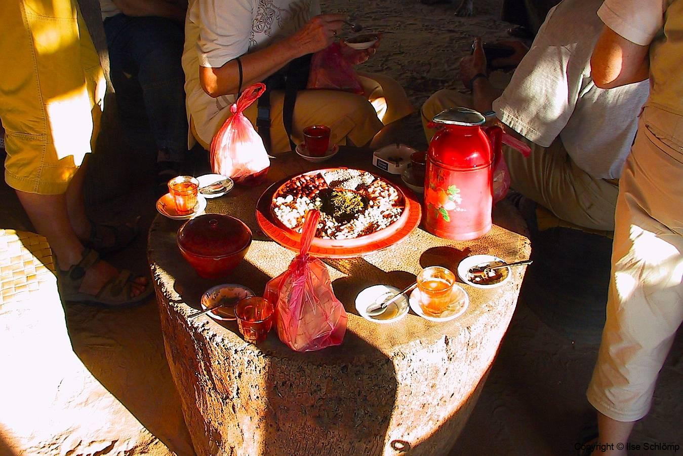 Myanmar, Zum Abschluss bekommen wir Tee und einen kleinen Imbiss gereicht