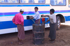 Myanmar, Unser Bus wird betankt