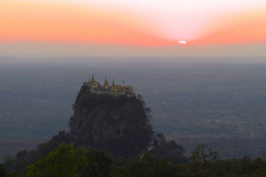 Myanmar, Blick vom Popa Mountain Resort auf den Popa Taung Kalat, Sonnenuntergang